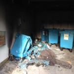 Ett sopkärl som har brunnit och smält. Som tur var utvecklades inte branden och tog hela huset.